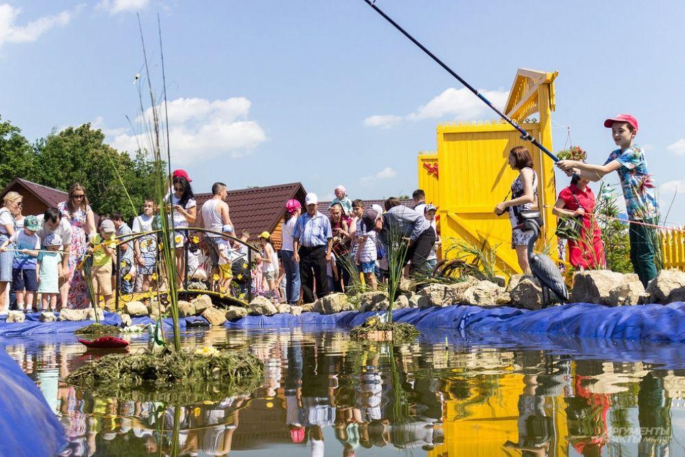 В подворьях жителям предлагали поймать на крючок искусственную рыбу.