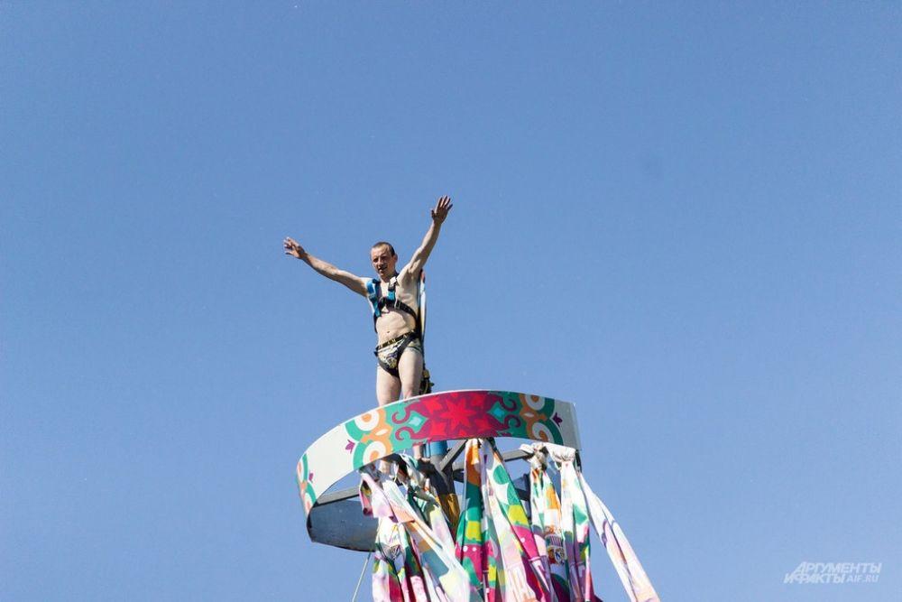 Одним из захватывающих состязаний праздника стали соревнования по лазанию на 25-метровый столб.