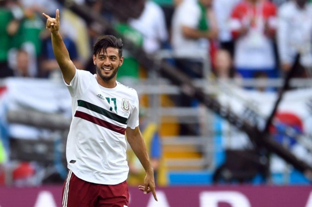 Мексиканский нападающий Карлос Вела реализовал пенальти и забил первый гол матча.
