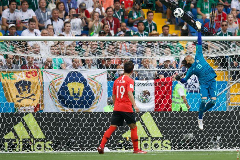 Вратарь сборной Мексики Гильермо Очоа отбивает мяч.