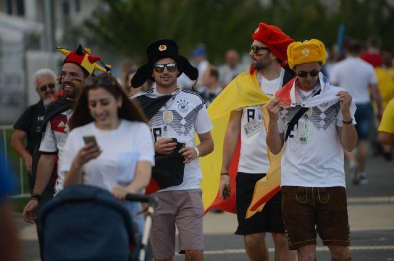Немецкие болельщики надели шапки-ушанки цветов своего национального флага.