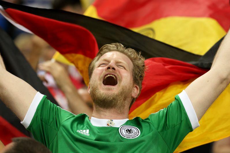 После победного гола болельщики сборной Германии взорвали трибуны стадиона.