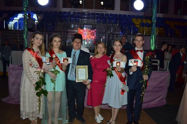 В Надыме медали за успехи в учебе получили 27 выпускников