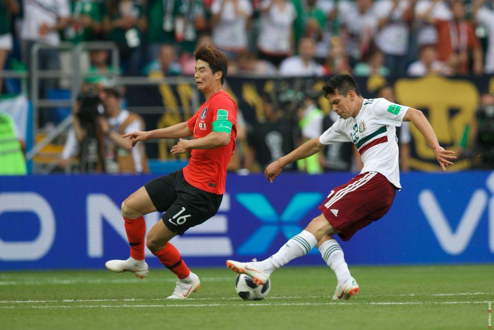 Защитник Эктор Эррера упускает мяч.