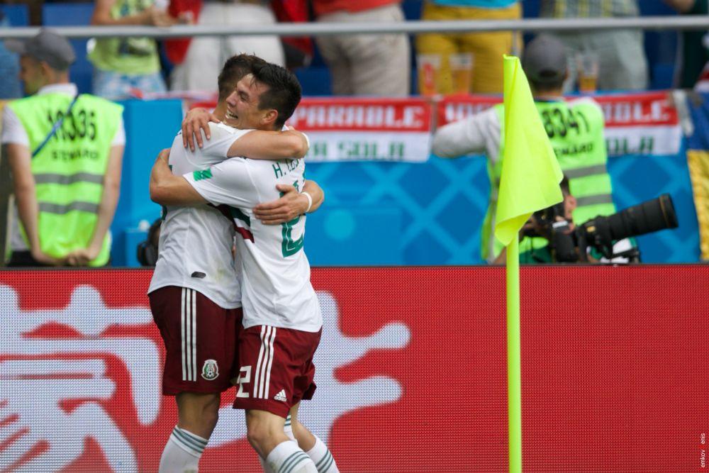 Игроки сборной Кореи рады забитому голу.
