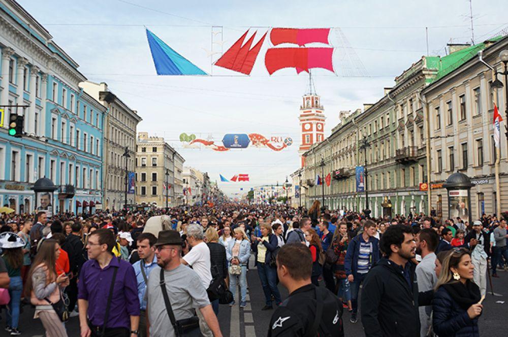 Во время проведения праздника Невский проспект стал пешеходным.