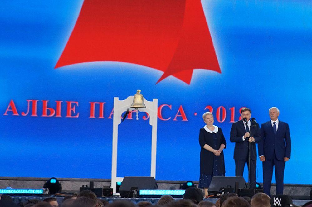 Выпускников поздравили Вячеслав Макаров, Георгий Полтавченко и Ольга Васильева.