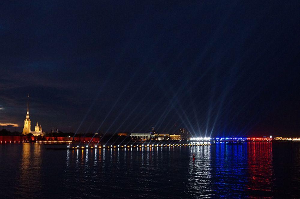 Ради праздника мосты в Петербурге были разведены всю ночь.