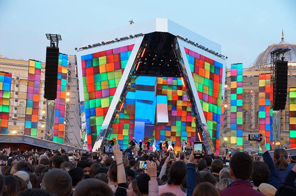 Концерт на Дворцовой начался с выступления танцевальных коллективов.