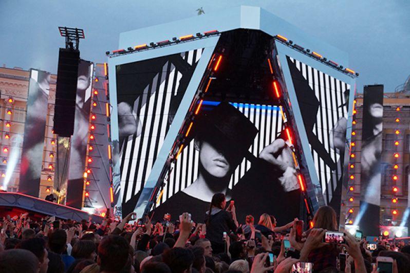 Большая сцена была оснащена мультимедийными экранами.