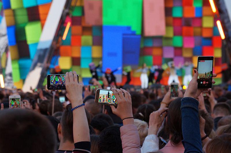 Выпускники снимали выступления артистов на телефоны, чтобы этот вечер навсегда остался в памяти.