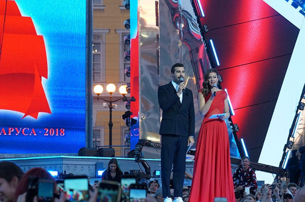 Концерт вели Иван Ургант и Даша Александрова.