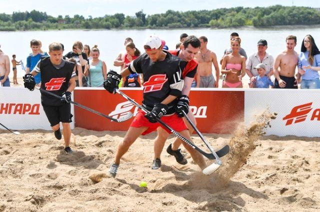 В Омске прошел четвертый турнир по хоккею на песке.