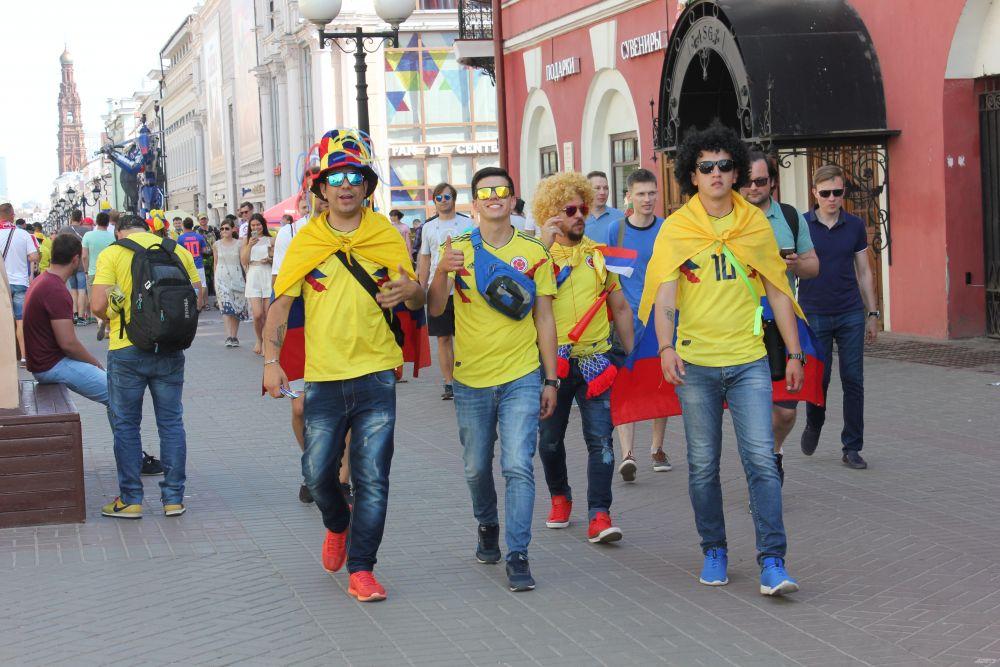 Яркие головные уборы, парики - эти образы болельщиков надолго запомнит Казань.