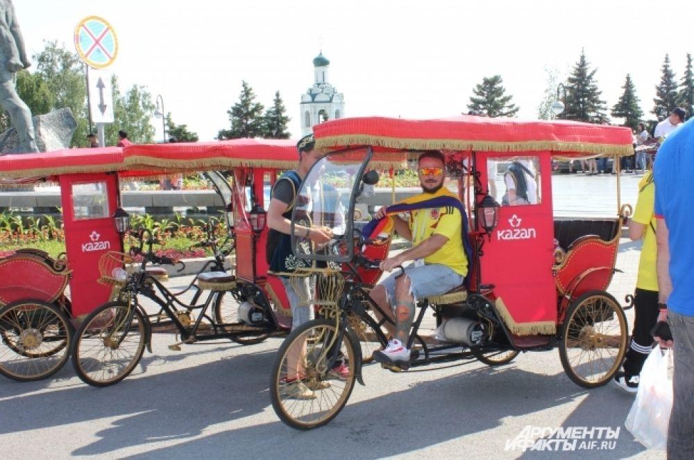 Колумбийские же болельщики освоили новый вид эскурсионного транспорта - велорикш.