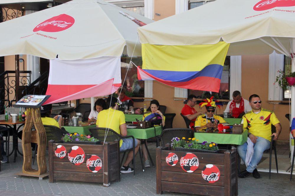 Временами болельщики обеих стран сидели по разные стороны улицы Баумана - поляки с одной, колумбийцы - с другой.