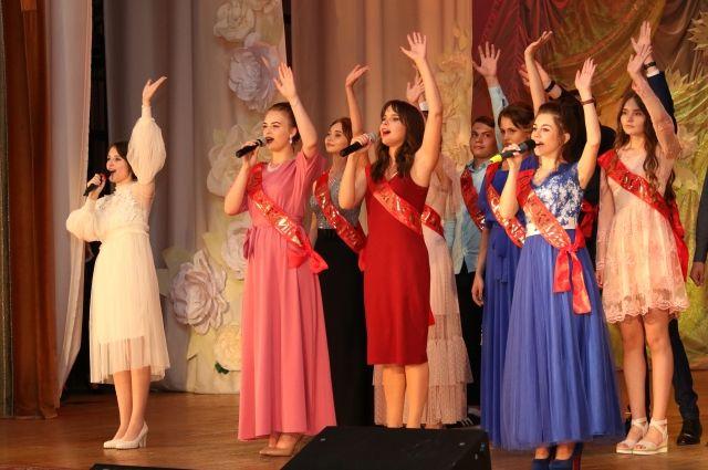 В ДК Кировского района выпускной бал состоялся сразу для пяти школ.