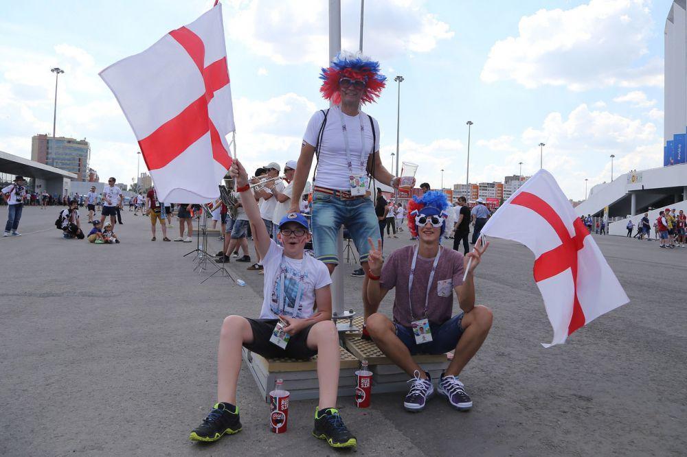 Англичане размахивают флагами
