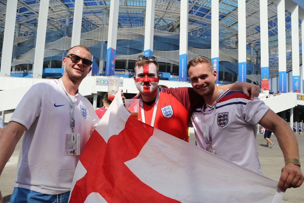 Английские болельщики возле стадиона перед матчем