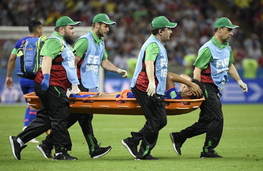 Игра проходила на высоких скоростях и многие игроки получали травму. В один из моментов сборной Колумбии пришлось заменить игрока Абеля Агилара.