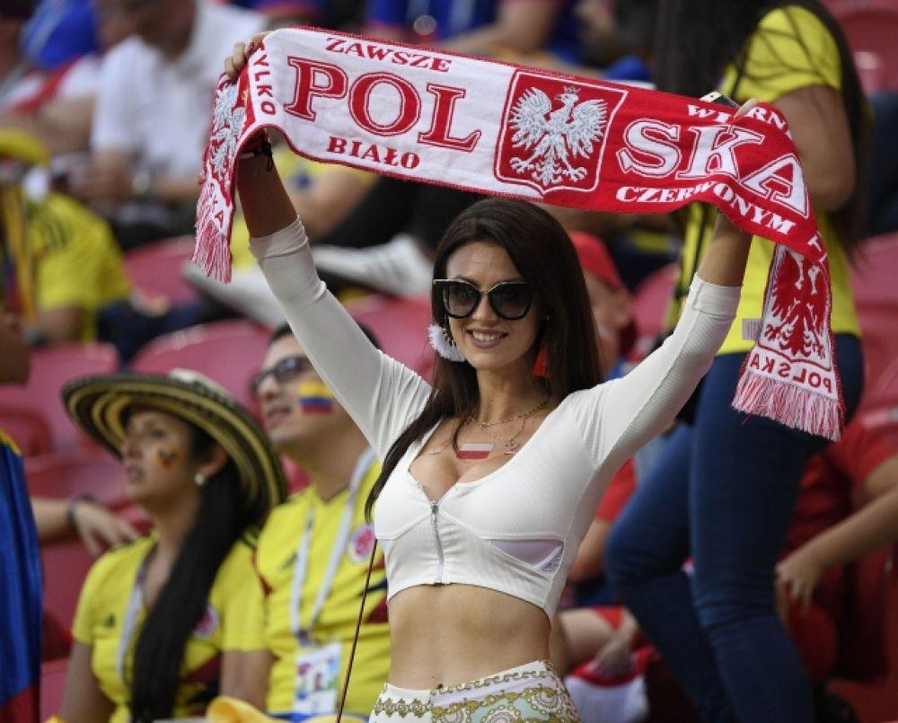 Болельщица с шарфом сборной Польши.