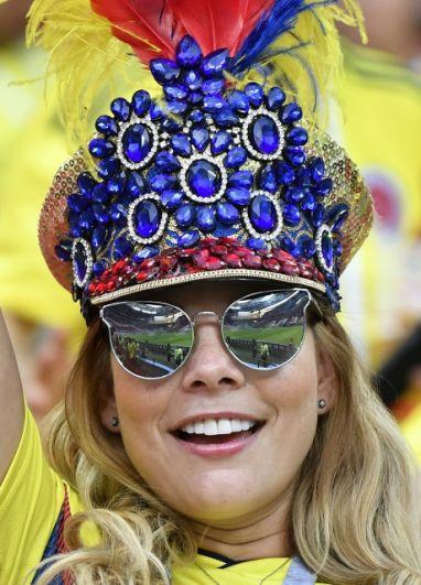 Болельщица Колумбии в необычном головном уборе, украшенном кристаллами.