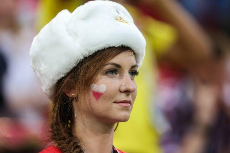 Болельщица из Польши в шапке-ушанке.
