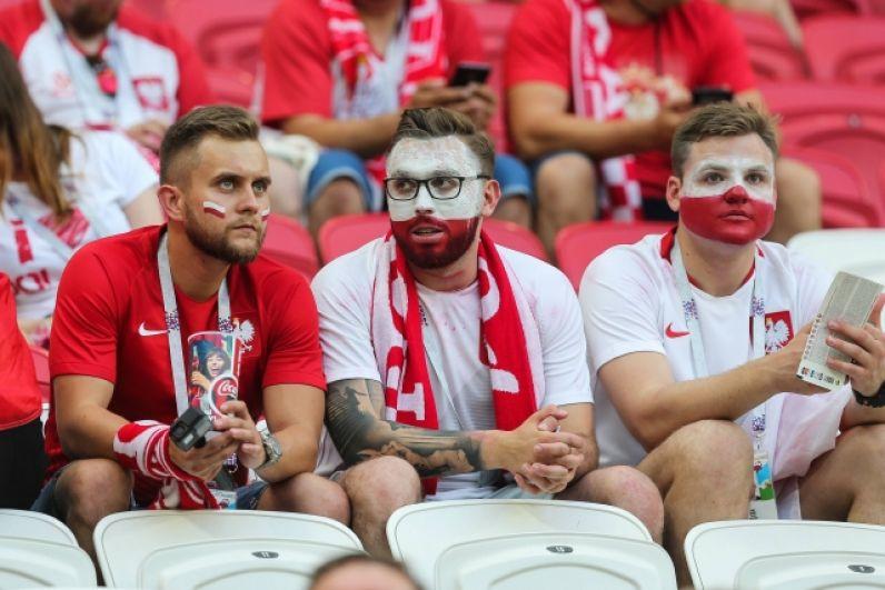 Группа поляков в не самом радужном настроении - их сборная проиграла.