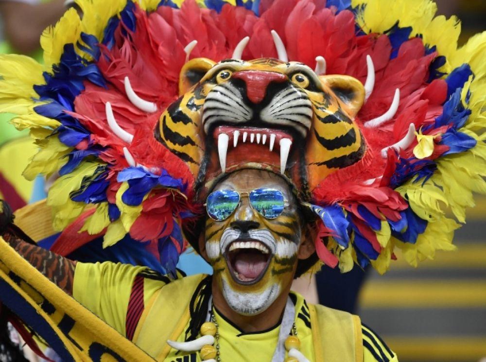 Экстравагантный колумбиец в головном уборе, изображающем тигра.