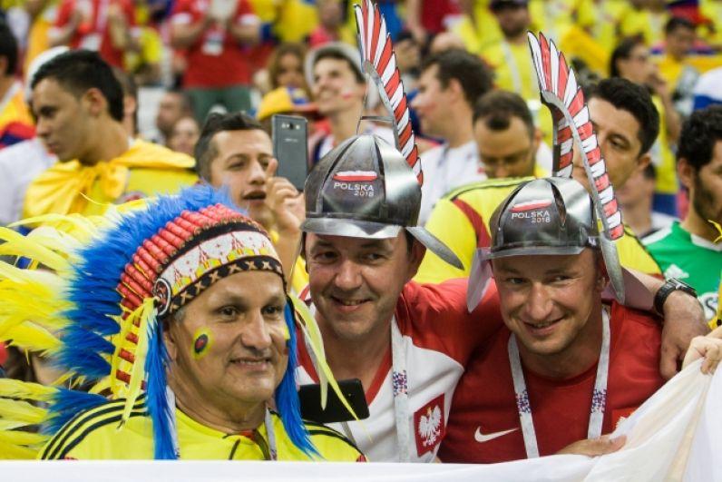 Болельщики сборных Польши и Колумбии вместе.