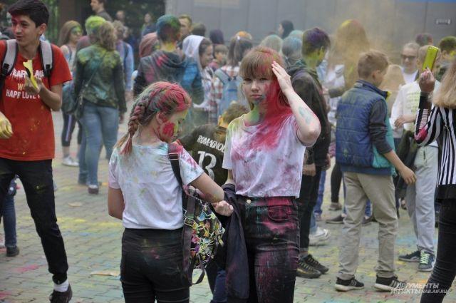 Перепачканных краской людей видели потом по всему городу