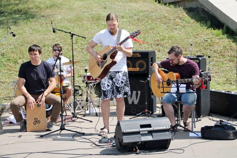 А на концертной площадке тем временем выступали музыкальные коллективы.