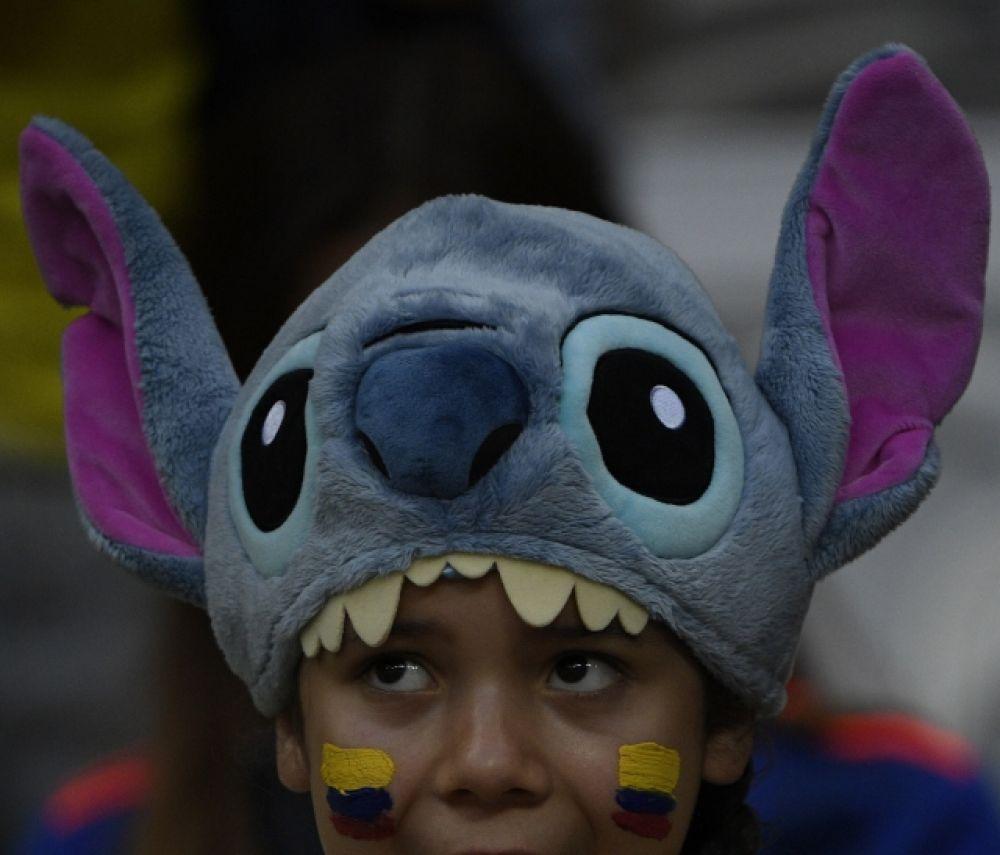 Юный болельщик Колумбии в шапке с персонажем мультфильма.