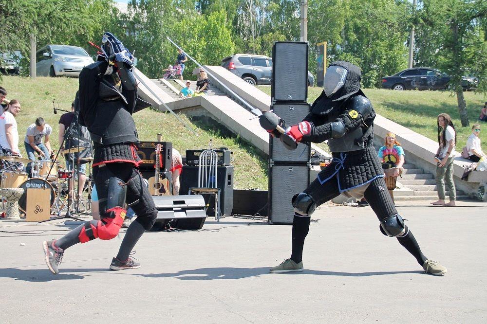 На площадке фестиваля прошли зрелищные бои на мечах.