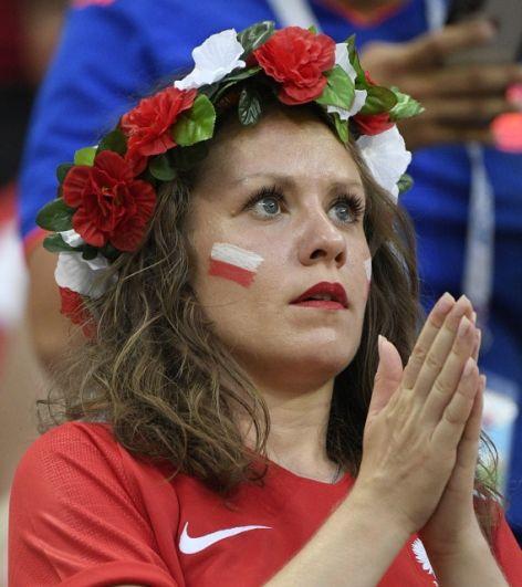 Фанатка сборной Польши волнуется за свою команду.