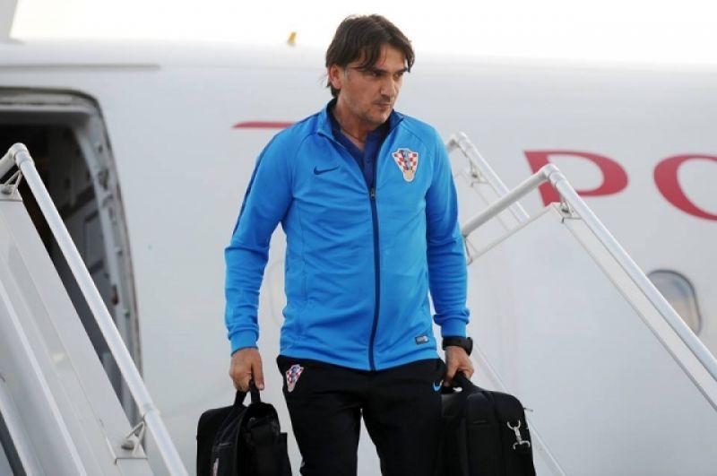 После приземления первым по трапу спустился главный тренер команды Златко Далич.