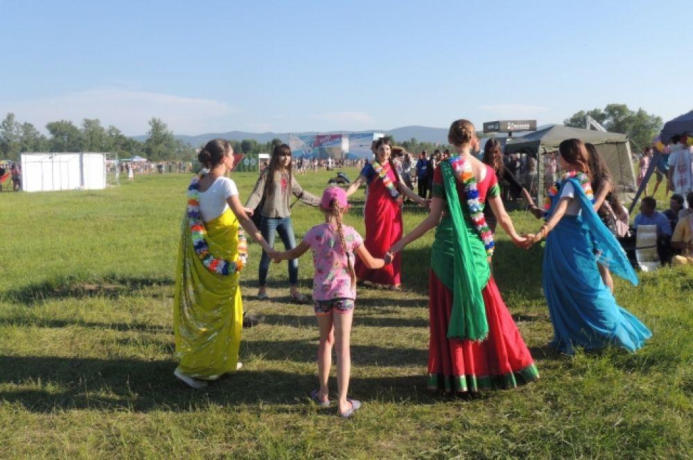 Любители индуской культуры.