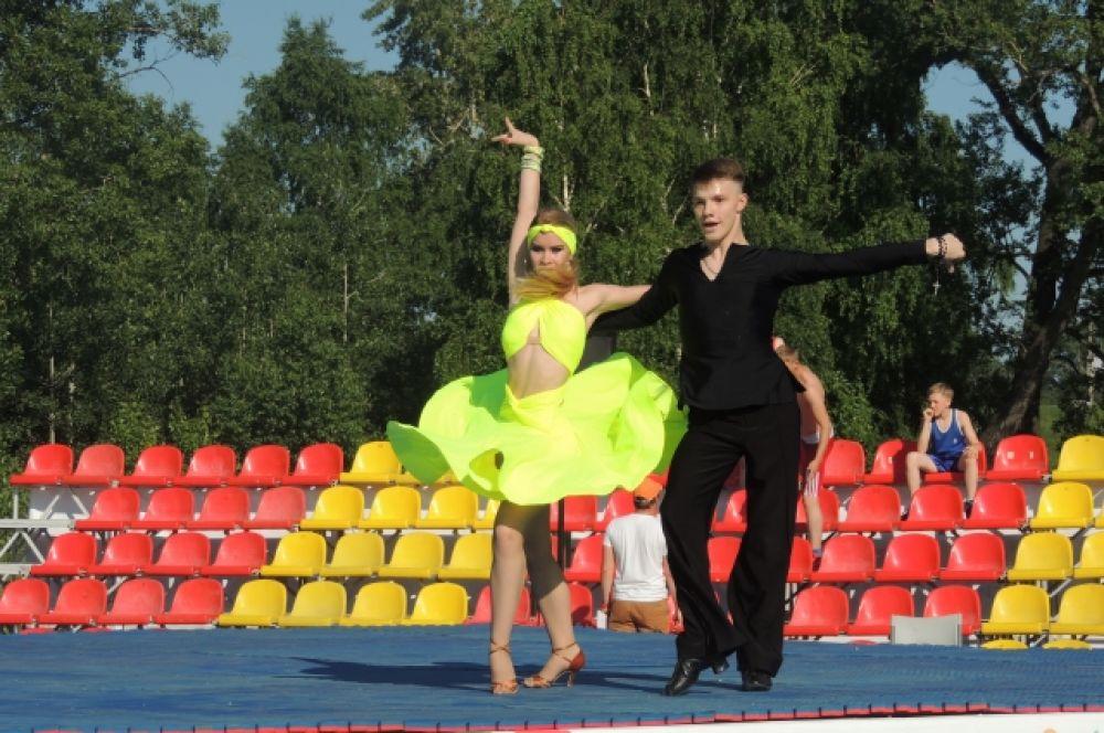 В Олимпиской деревне выступали танцоры.