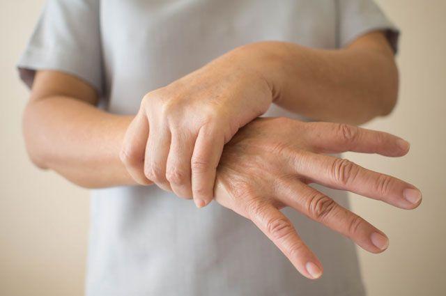 10 ранних симптомов болезни Паркинсона, которые опасно игнорировать — Лайфхакер