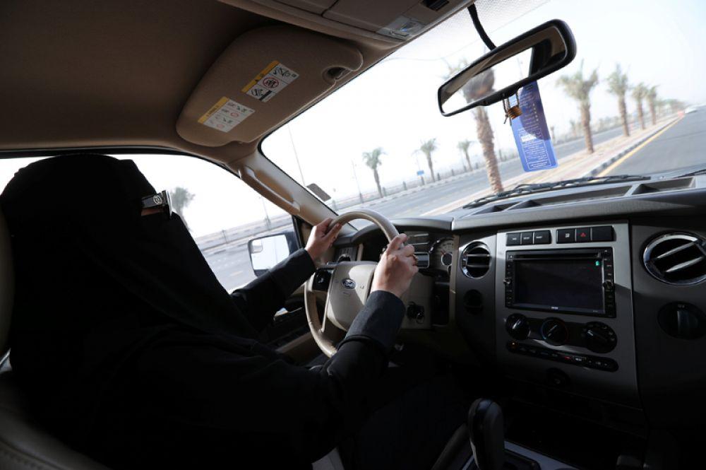 Также обсуждается вопрос об обязательности ношения абайи – традиционного арабского платья.
