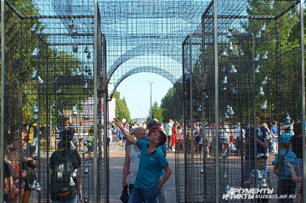 Входная арка – первый арт-объект фестиваля. Автор композиции «Прозрачный город» Анна Крылатых создавала свою скульптуру по мотивам творчества Эдоарда Тресольди.