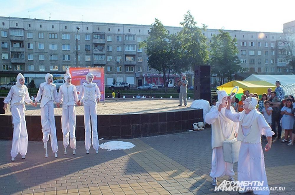 Особыми гостями арт-фестиваля стали актёры независимого уличного театра из Самары «Пластилиновый дождь».