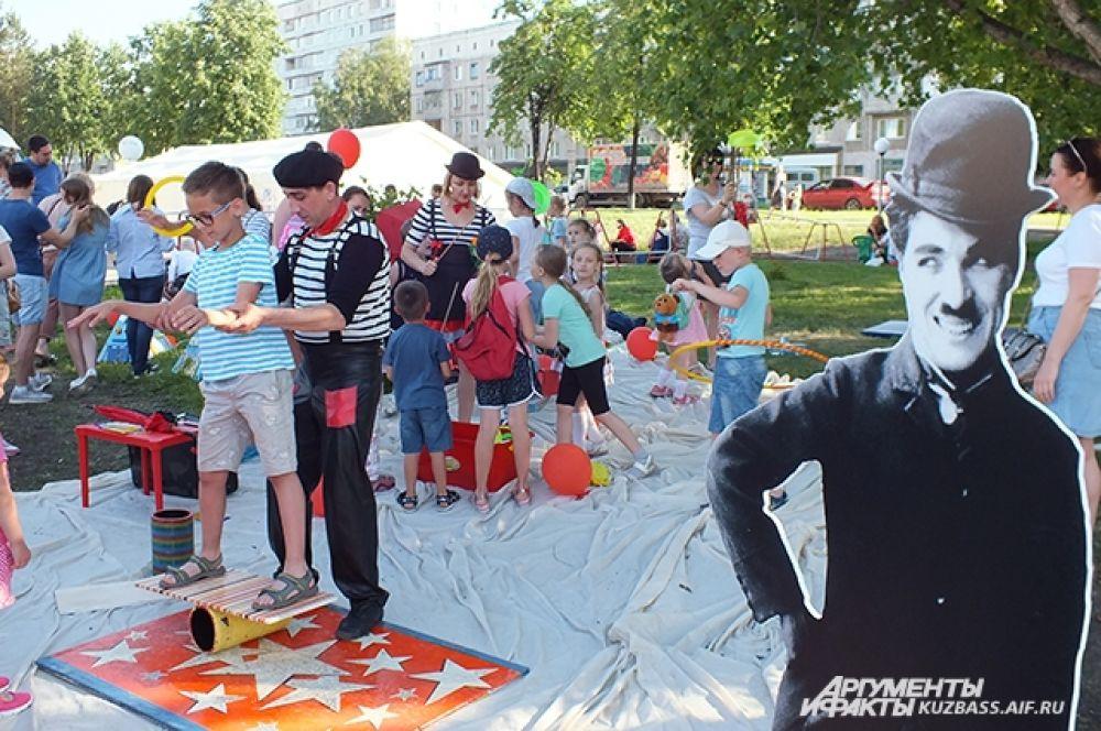 Многие дети и подростки приняли участие в мастер-классах от студии цирка, танцев и акробатики «UniART».