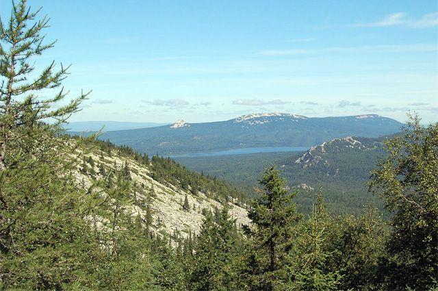Национальный парк Зюраткуль: вид с хребта Нургуш на хребет Зюраткуль и горное озеро Зюраткуль.