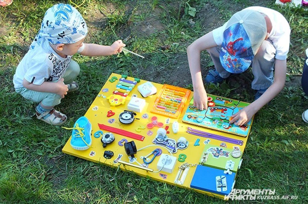 Самые маленькие зрители фестиваля увлечённо играли с бизибордами – развивающими досками со всевозможными кнопочками, шнурочками и шпингалетами.