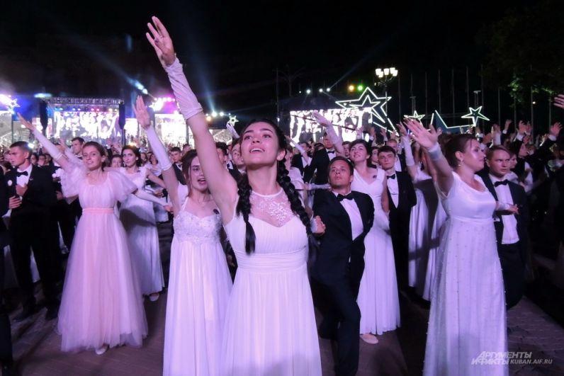 Несмотря на долгие танцы, на лицах выпускников не было видно усталости.