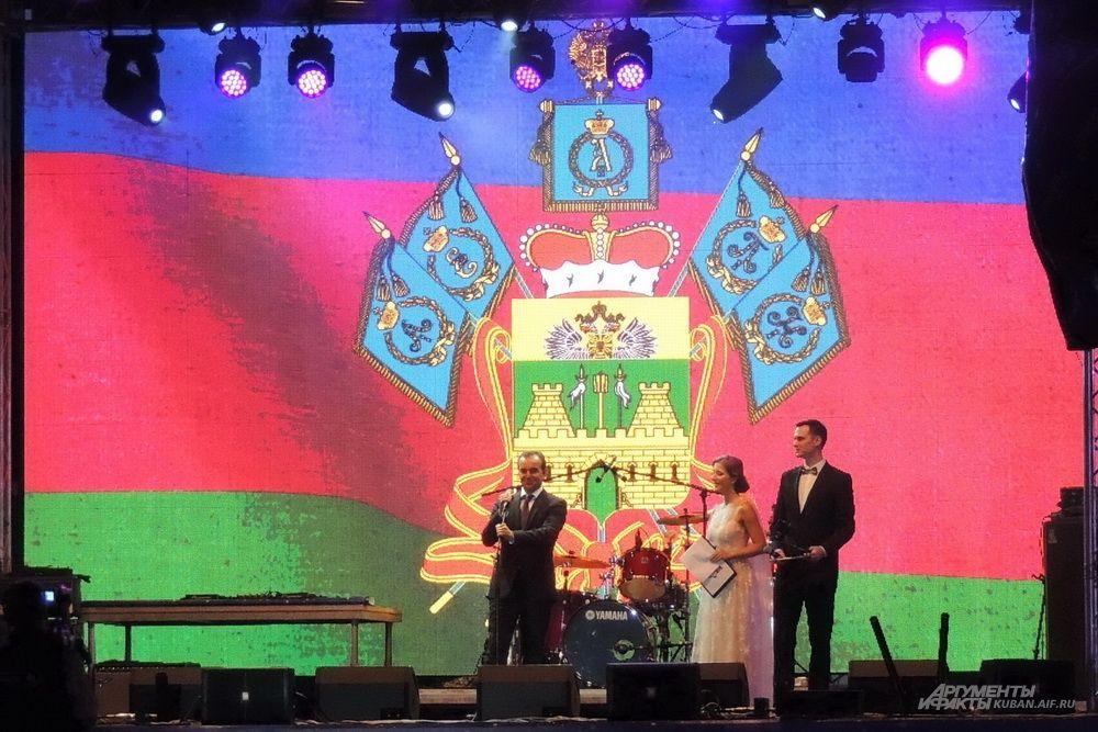 Поприветствовать выпускников на сцену вышел губернатор Кубани Вениамин Кондратьев.