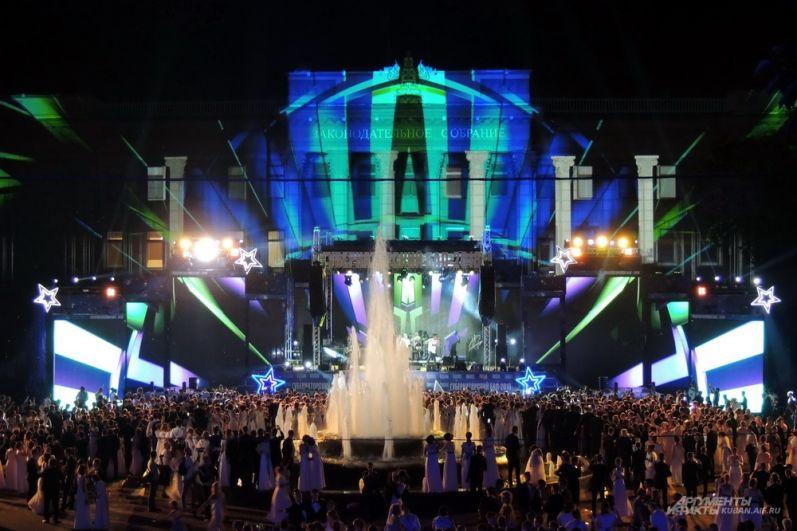 По окончании бала на площади начались танцы под живое выступление популярной группы.