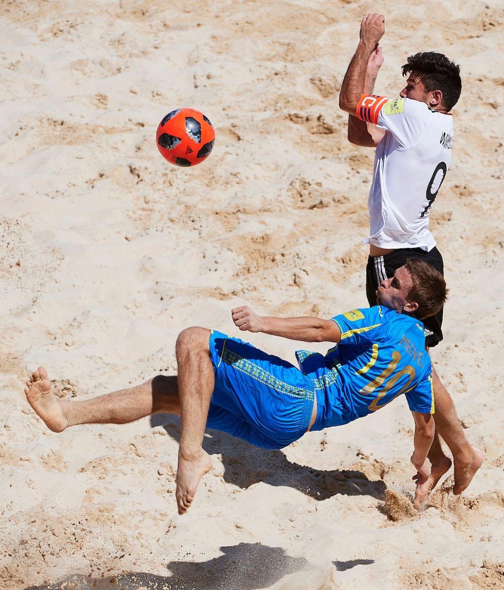 Тяжелейший матч против сборной Германии. Медведь исполняет удар через себя, капитан сборной соперников блокирует.