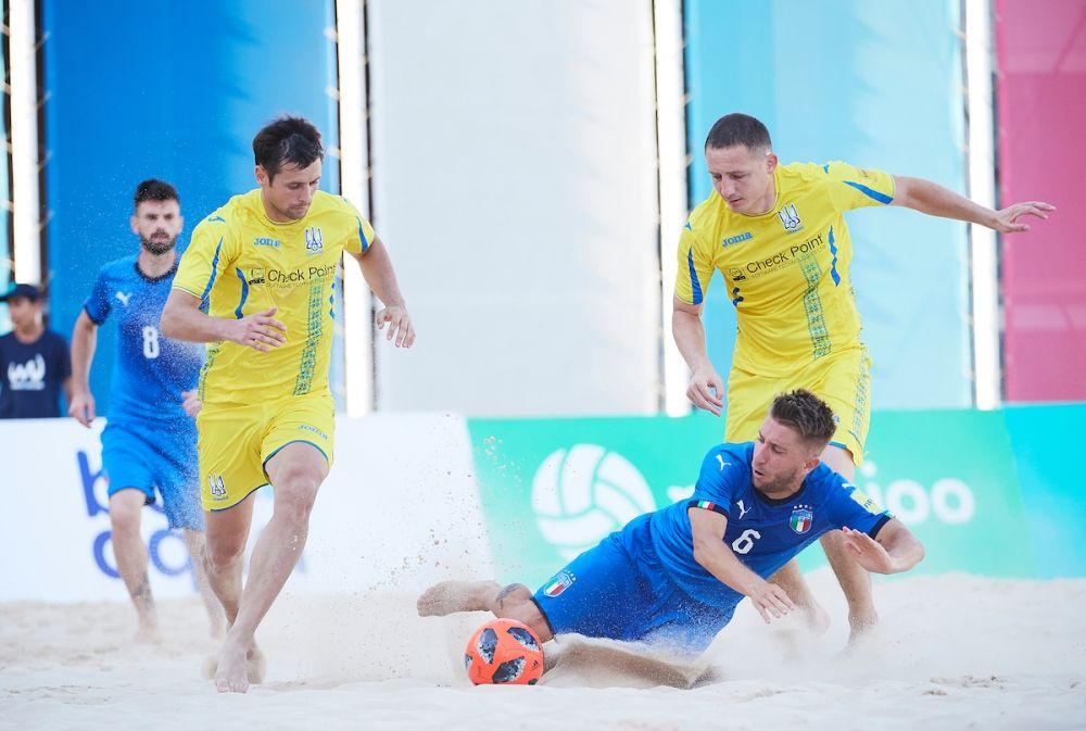Борьба до упаду на поле. Итальянцы очень хотели лишить сборную Украины очков, и у них это частично получилось - матч удалось перевести в серию пенальти.